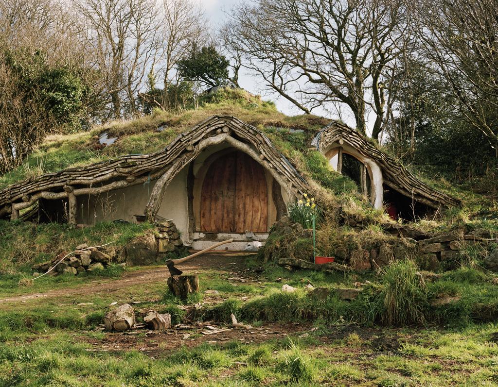 Comunidades alternativas vivem em casas camufladas pela natureza
