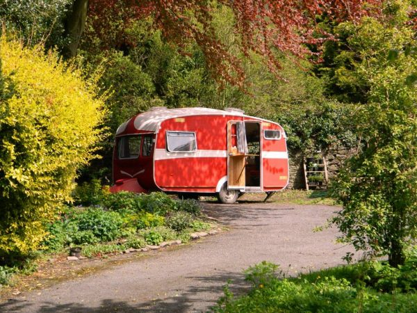 Casal transforma veículos velhos em lindas casas sobre rodas