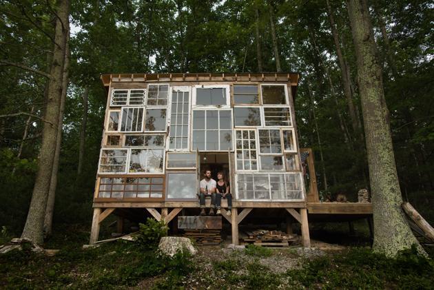 Casal larga o emprego para construir essa casa de vidro com apenas 500 dolares