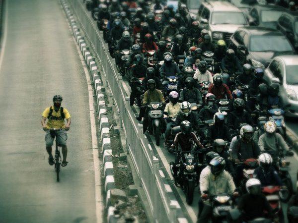 Ciclista australiano faz vídeo com o trajeto de casa até o trabalho e ultrapassa mais de 500 carros