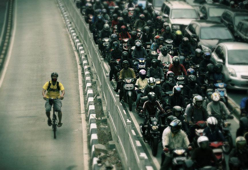 De bicicleta para o trabalho, homem ultrapassa mais de 500 carros