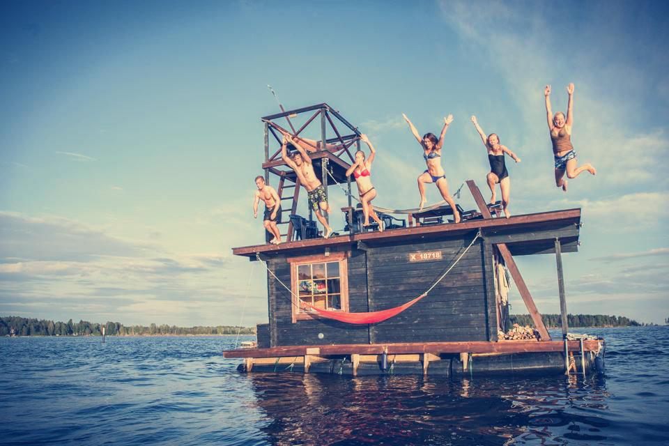 Grupo de amigos constroem uma sauna flutuante. Aprenda a construir uma sauna você também.