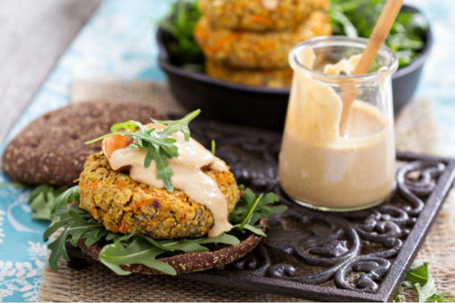 Hambúrguer de batata-doce e quinoa com maionese de castanha de cajú (Fácil)