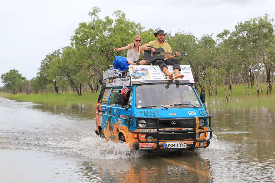 Casal viaja por mais de 50 países gastando apenas R$32 por dia