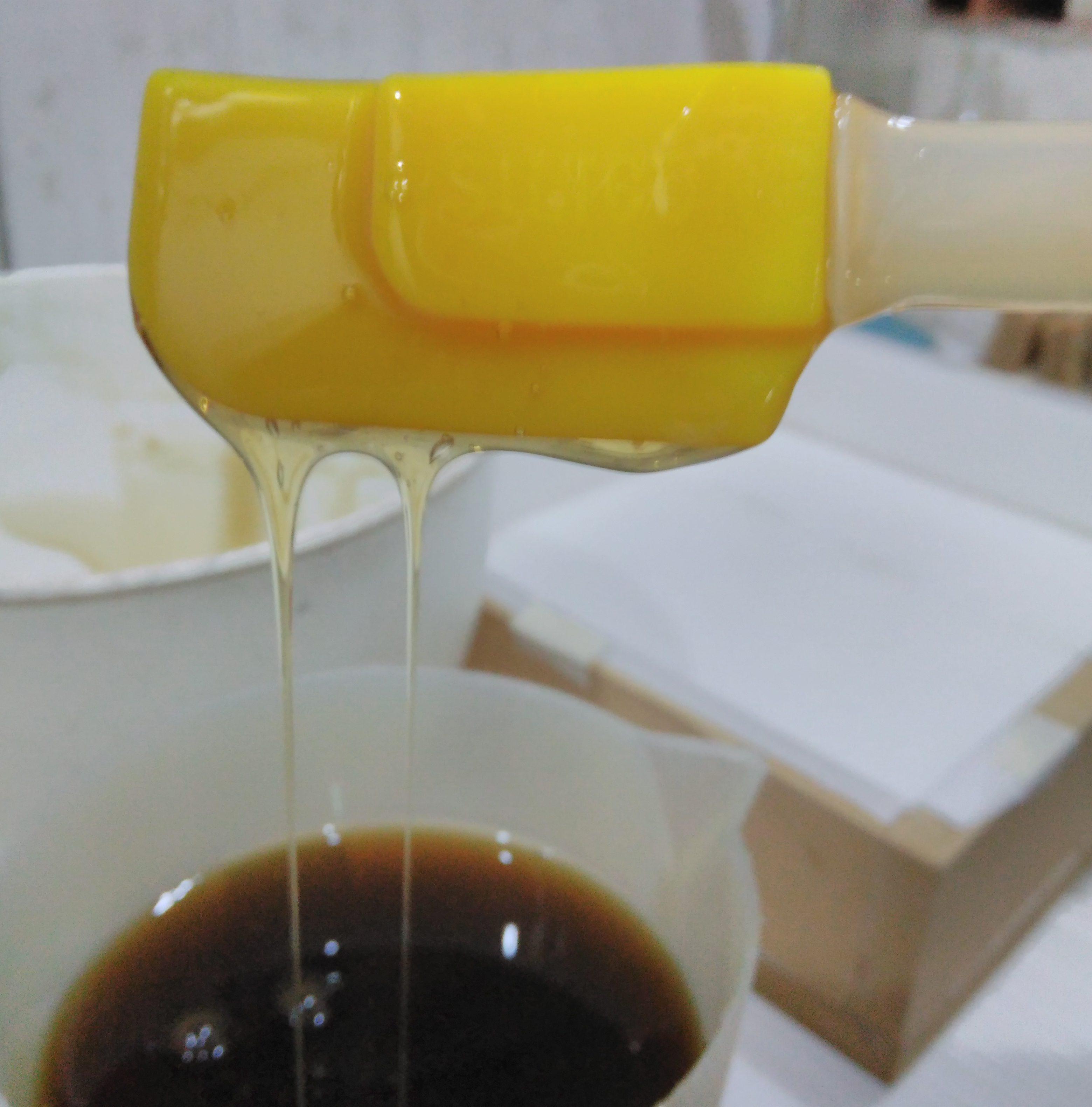 Testando a consistência do shampoo. Sem lauril, sem parabenos, sem corantes. Com extratos vegetais, óleos essenciais e a pureza do processo. Low poo!