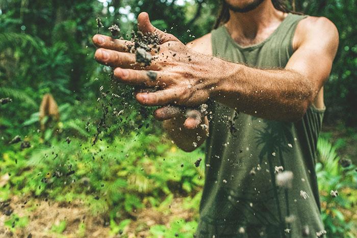 Descubra por que sujar-se com terra pode ser um antidepressivo
