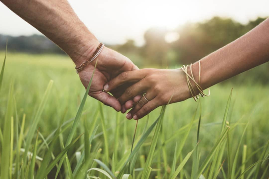 Dar as mãos reduz a dor física