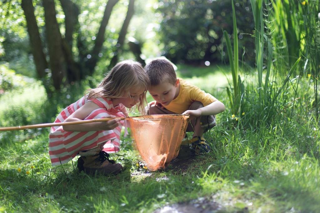 criança brincando no mato