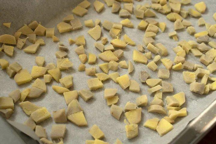 Gengibre cortado em pedaços.